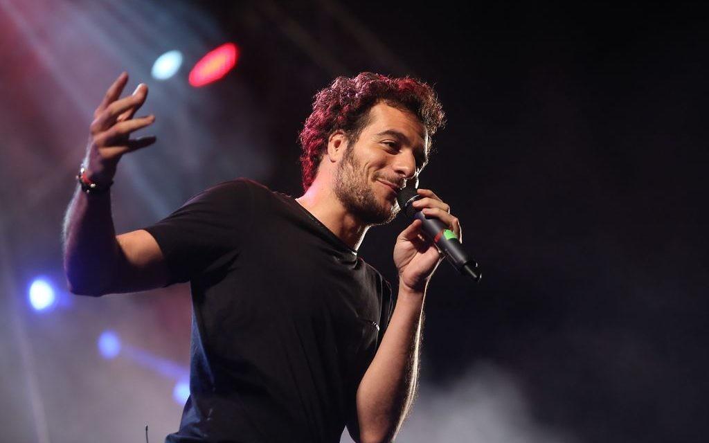 Le chanteur Amir Haddad en concert le 30 juin 2016, lors de l'Olimpiada à Jérusalem. (Crédits : autorisation)