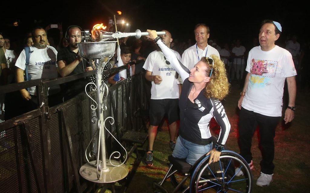 Pascale Berkovitch, sportive paraolympique, allume la vasque de l'Olimpiada, le 30 juin 2016 à Jérusalem. (Crédits : autorisation)
