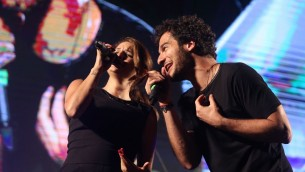 Les chanteurs Amir et Larusso, en concert lors de l'Olimpiada à Jérusalem, le 30 juin 2016. (Crédits : autorisation)
