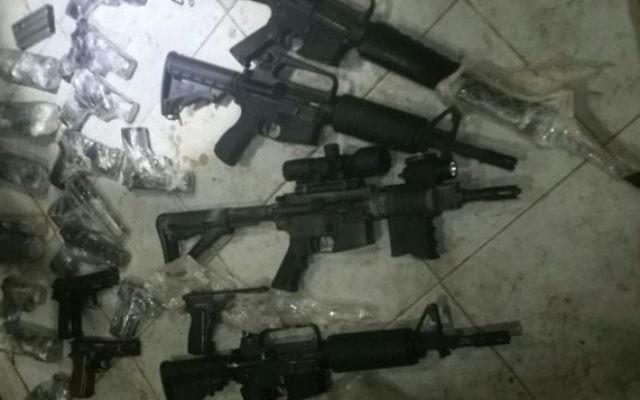 Armes saisies par les forces de sécurité israéliennes pendant une tentative de contrebande entre la Jordanie et Israël, le 19 juillet 2016. (Crédit : unité des porte-paroles de l'armée israélienne)