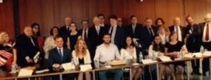 Le président du Mémorial de la Shoah, le baron Eric de Rothschild, avec des diplomates et les étudiants lauréats. (Crédits : autorisation)