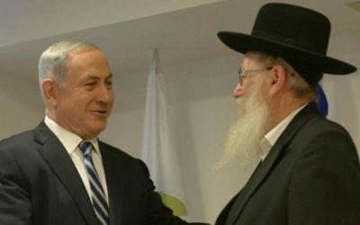 Le Premier ministre Benjamin Netanyahu,  à gauche, et son ministre de la Santé, Yaakov Litzman, au ministère de la Santé, à Jérusalem, le 20 mai 2015. (Crédit : Amos Ben Gershom/GPO/Flash90)