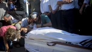 La famille du rabbin Miki Mark pleurant à son enterrement au cimetière de Givat Shaoul à Jérusalem le 3 juillet 2016. (Crédit photo: (Miriam Alster / Flash90)