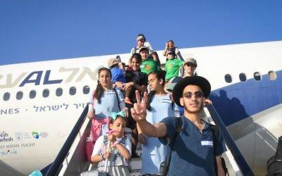 Des nouveaux immigrants en provenance d'Amérique du Nord atterrissent à l'aéroport Ben Gourion après un vol de de New York affrété par Nefesh B'Nefesh , le 19 juillet 2016. (Crédit: Shahar Azran)