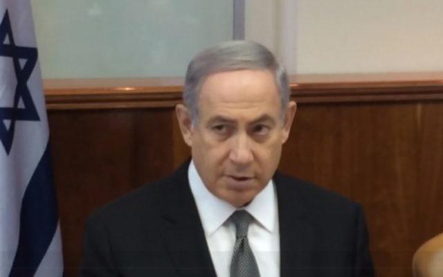 Le Premier ministre Benjamin Netanyahu pendant la réunion hebdomadaire du cabinet, à Jérusalem, le 17 juillet 2016. (Crédit : capture d'écran GPO)