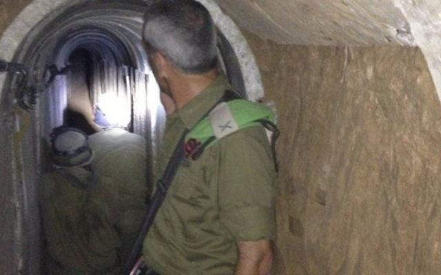 Le général de brigade Michael Edelstein, alors commandant de la Division de Gaza, dans un tunnel qui s'étend de la bande de Gaza à Israël, en novembre 2013. (Crédit : Mitch Ginsburg/Times of Israël)