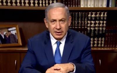 Le Premier ministre Benjamin Netanyahu, devant la bibliothèque de son bureau, le 21 juillet 2016. (Crédit : capture d'écran YouTube)