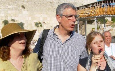 Le président de l'Union pour le judaïsme réformé, le rabbin Rick Jacobs, au centre, pendant un service de prière au mur Occidental, à Jérusalem, le 4 juillet 2016 (Crédit : autorisation de l'UJR)