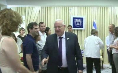 Le président Reuven Rivlin et son épouse rencontrent des membres de la famille de Shira Banki et des dirigeants de la communauté de Jérusalem LGBT le 17 juillet, 2016. (capture d'écran: YouTube)