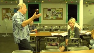 Russell Ruderman parlant de l'agriculture biologique lors d'une réunion à la mairie le 12 décembre 2013. (Capture d'écran YouTube)