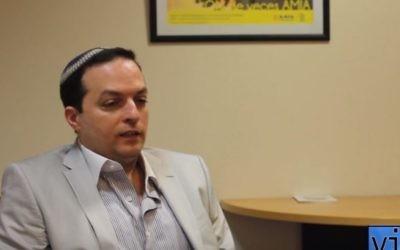 Ariel Sabban Cohen, président de la Délégation des associations juives d'Argentine. (Crédit : capture d'écran YouTube/VIS A VIS)