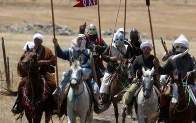 Des participants de la reconstitution historique annuelle de la bataille de Hattin de 1187, dans le Nord d'Israël, le 2 juillet 2016 (Crédit : AFP PHOTO / MENAHEM KAHANA)
