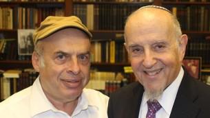 Après que le Grand rabbinat d'Israël a rejeté une conversion réalisée par le rabbin orthodoxe moderne Haskel Lookstein (à droite), le président de l'Agence juivepour Israël Natan Sharansky (gauche) a protesté en son nom (Crédit : Ben Sales/JTA)