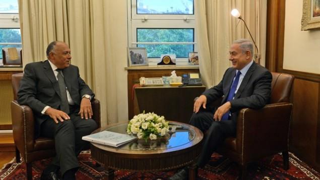 Le Premier ministre Benjamin Netanyahu et le ministre égyptien des Affaires étrangères Sameh Choukri à Jérusalem, le 10 juillet 2016. (Crédit : Haim Zach/GPO)