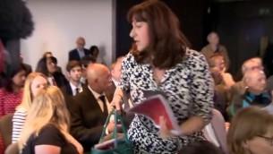 La députée juive britannique travailliste Ruth Smeeth quitte la présentation d'un rapport sur l'antisémitisme au sein de son propre parti après qu'un soutien de Jeremy Corbyn l'a accusée de contrôler les médias, à Londres, le 30 juin 2016. (Crédit : capture d'écran YouTube)