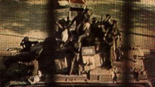 Photo prétendant montrer 3 soldats de Tsahal sur un char israélien capturé défilant dans les rues de Damas, en Syrie les jours suivant la bataille de Sultan Yacoub le 11 juin 1982 pendant la première guerre du Liban. (Photo: Coalition internationale pour les soldats israéliens disparus)