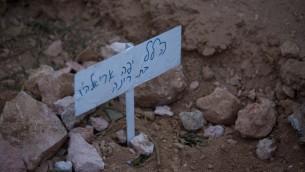La sépulture fraîche de Hallel Yaffa Ariel dans le cimetière juif de Hébron, en Cisjordanie, le 30 juin 2016 (Credit photo: Yonatan Sindel / Flash90)