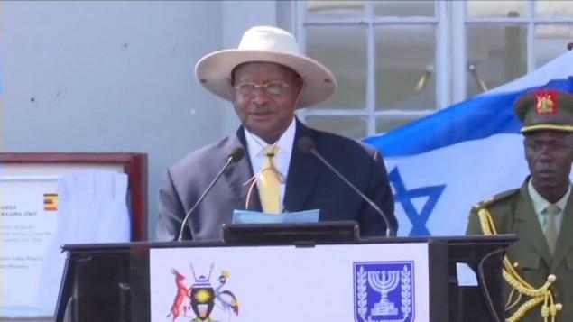 Le président ougandais Yoweri Museveni pendant la cérémonie marquant le 40e anniversaire de l'opération Entebbe, en Ouganda, le 4 juillet 2016. (Crédit : capture d'écran YouTube)