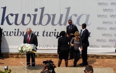 Le Premier ministre Benjamin Netanyahu au mémorial du génocide rwandais, à Kigali, le 6 juillet 2016. (Crédit : Raphael Ahren/Times of Israel)