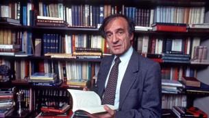 Elie Wiesel, auteur de plus de 50 livres et récipiendaire du Nobel de la Paix, dans l'étude de sa maison de New York, le 14 octobre 1986. (Crédit : Allan Tannenbaum/Getty Images)