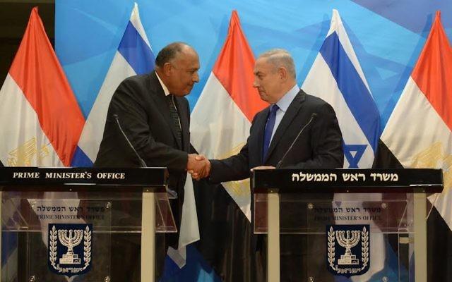 Le Premier ministre Benjamin Netanyahu (à droite) et le ministre égyptien des Affaires étrangères Sameh Choukri à Jérusalem, le 10 juillet 2016. (Crédit : Haim Zach/GPO)