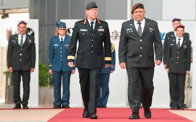 Le chef d'Etat-major Gadi Eizenkot (à droite) reçoit son homologue canadien, le général Vance, le 25 juillet 2016. (Crédit : unité des porte-paroles de l'armée israélienne)