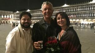 Les nouveaux mariés David Mednick et Lana Atlasov lèvent un verre avec Todd Shotz (à gauche) après leur cérémonie spontanée de mariage juif sur la Piace Saint-Marc à Venise, en Italie, le 26 juin 2016. (Autorisation)