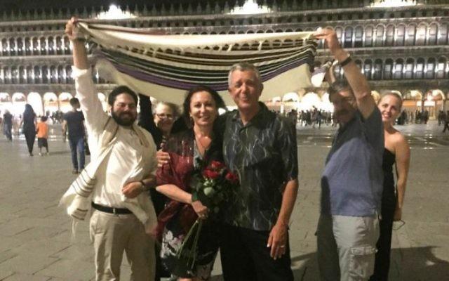 Le mariage juif Improvisé des Américains Lana Atlasov et David Mednick (au centre) sur la place Saint Marc de Venise le 26 juin 2016. L'officiant Todd Shotz est à gauche (Autorisation)