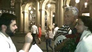 Todd Shotz (à gauche) officie au mariage impromptu de David Mednick et Lana Atlasov sur la place Saint-Marc, à Venise en Italie, le 26 juin 2016. (Autorisation)