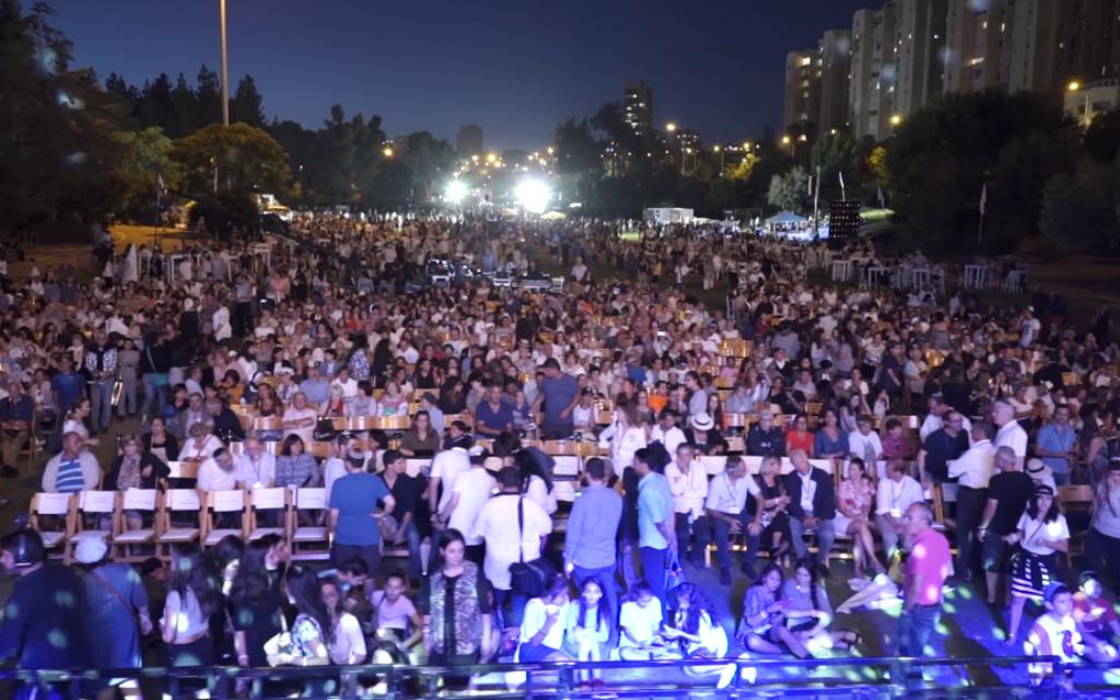 Plus de 5 000 personnes assistent aux concerts et discours à la fin de l'Olimpiada de Jérusalem, le 30 juin 2016. (Crédits : autorisation)