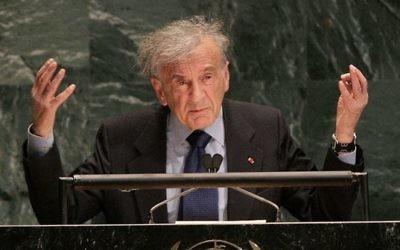 Elie Wiesel, auteur, prix Nobel de la Paix et survivant de la Shoah, devant l'Assemblée générale des Nations unies, à New York, le 24 janvier 2005. (Crédit : Don Emmert/AFP)