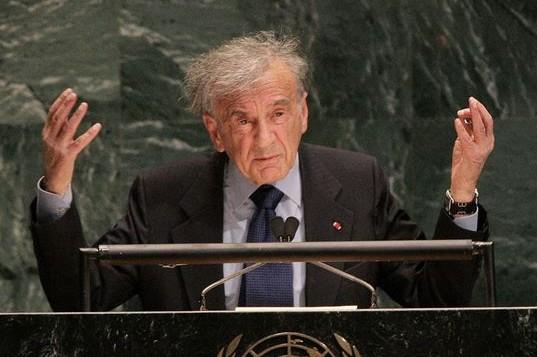 Elie Wiesel, auteur, prix Nobel de la Paix et survivant de la Shoah, devant l'Assemblée générale des Nations unies, à New York, le 24 janvier 2005. (Crédit : AFP/Don Emmert)