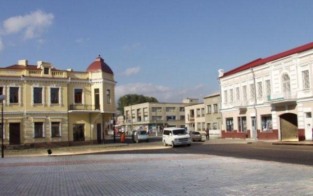 La place centrale à Kovel en Ukraine, 2002. (Crédit : CC BY-SA 3.0 Wikipedia/Iramal)