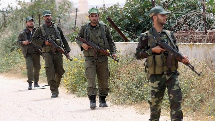Les membres des forces de sécurité du Hamas patrouillant le long de la frontière entre la bande de Gaza et l'Egypte le 14 avril 2016 (Crédit : SAID KHATIB / AFP)