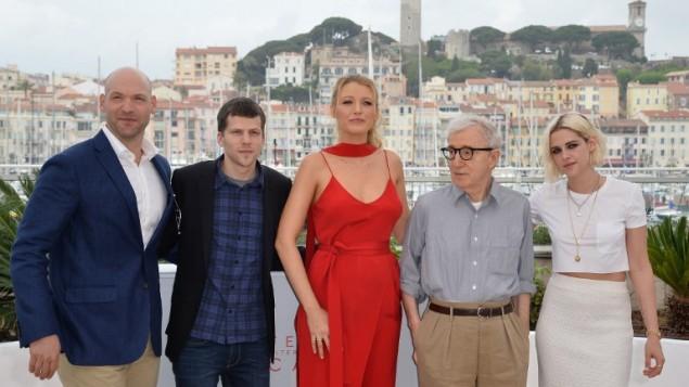"""Le réalisateur américain Woody Allen au Festival de Cannes pour le film """"Café Society"""" projeté avant la cérémonie d'ouverture du 69° Festival, avec ses acteurs (de gauche à droite) Corey Stoll, Jesse Eisenberg, Blake Lively, et Kristen Stewart le 11 mai 2016. (Crédit : AFP/Alberto Pizzoli)"""