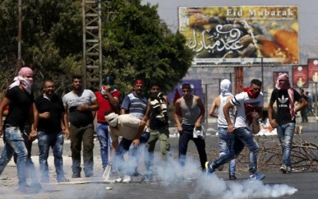 Des activistes palestiniens du Front populaire de libération de la Palestine manifestent contre la détention par Israël de Bilal Kayed, membre du Front en grève de la faim, à Naplouse, en Cisjordanie, le 29 juillet 2016. (Crédit : AFP/Jaafar Ashtiyeh)
