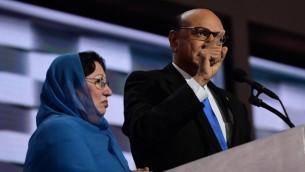 Khizr Khan, à droite, accompagné de son épouse Ghazala Khan, parle de son fils, le capitaine de l'armée américaine Humayun Khan qui a été tué dans un attentat suicide en Irak il y a 12 ans, au dernier soir de la Convention nationale démocrate à Philadelphie, le 28 juillet 2016. (Crédit : AFP/Robyn Beck)