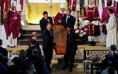 Funérailles du prêtre Jacques Hamel en la cathédrale de Rouen, le 2 août 2016. Le prêtre a été tué dans une église à Saint-Etienne-du-Rouvray le 26 juillet lors d'une prise d'otages revendiquée par le groupe Etat islamique. (Crédit : Charly Triballeau/Pool/AFP)