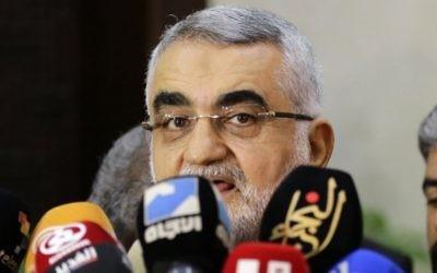 Alaeddin Boroujerdi, président de la commission de la sécurité nationale et des affaires étrangères de l'Iran, pendant une conférence de presse après sa rencontre avec le président du parlement syrien à Damas, le 3 août 2016. (Crédit : AFP/Louai Beshara)