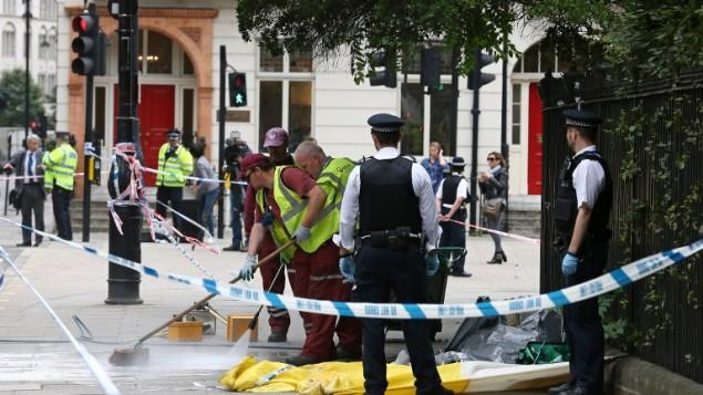 La scène d'une attaque au couteau place Russel, à Londres, le 4 août 2016. Une femme a été tuée et cinq personnes blessées. La police pense que l'attaque est criminelle, et non pas terroriste. (Crédit : AFP/Justin Tallis)