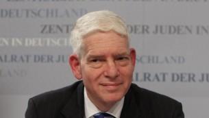 Josef Schuster, président du Conseil central des Juifs d'Allemagne, participe à une conférence de presse suite à son élection à Frankfurt am Main, dans le centre de l'Allemagne, le 30 novembre 2014 (Crédit : AFP PHOTO / DANIEL ROLAND)