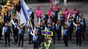La porte-drapeau d'Israël, Neta Rivkin, mène sa délégation pendant la cérémonie d'ouverture des Jeux olympiques 2016 de Rio de Janeiro a stade Maracana, le 5 août 2016. (Crédit : AFP/Pedro Ugarte)