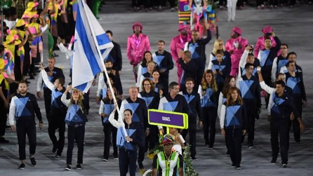 La porte-drapeau d'Israël, Neta Rivkin, mène sa délégation pendant la cérémonie d'ouverture des Jeux olympiques 2016 de Rio de Janeiro au stade Maracana, le 5 août 2016. (Crédit : AFP/Pedro Ugarte)
