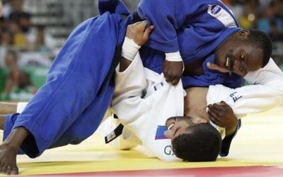 L'Israélien Golan Pollack (en blanc) contre le Zambien Mathews Punza dans la catégorie des moins de 66 kg en judo, pendant les JO de Rio, le 7 août 2016. (Crédit : AFP/Jack Guez)
