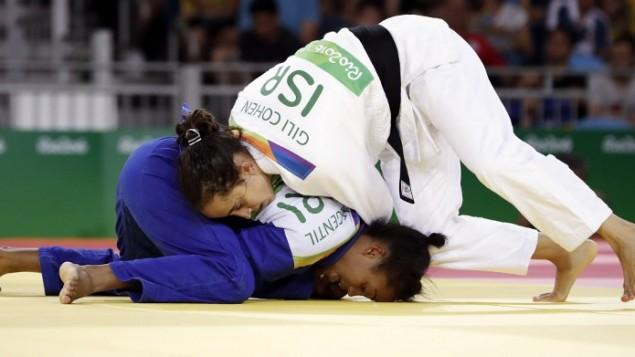 L'Israélienne Gili Cohen (en blanc) contre la Mauricienne Christianne Legentil dans la catégorie des moins de 52 kg en judo, pendant les JO de Rio, le 7 août 2016. (Crédit : AFP/Jack Guez)