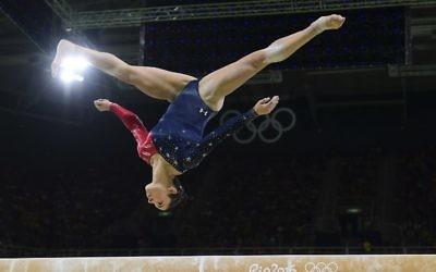 La gymnaste américaine Alexandra Raisman lors de la qualification pour le concours général des femmes en gymnastique artistique à l'aréna olympique lors des Jeux Olympiques de Rio de 2016, à Rio de Janeiro, le 7 août 2016 (Crédit : AFP PHOTO / Emmanuel DUNAND)