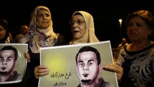 La mère du prisonnier palestinien Bilal Kayed, qui est en grève de la faim depuis 56 jours, manifeste devant l'hôpital d'Ashkelon où il est détenu, le 9 août 2016. (Crédit : AFP/Ahmad Gharabli)
