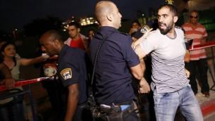 La police israélienne arrête des manifestants qui protestent contre la détention administrative du prisonnier palestinien Bilal Kayed, qui est en grève de la faim depuis 56 jours, devant l'hôpital d'Ashkelon où il est détenu, le 9 août 2016. (Crédit : AFP/Ahmad Gharabli)