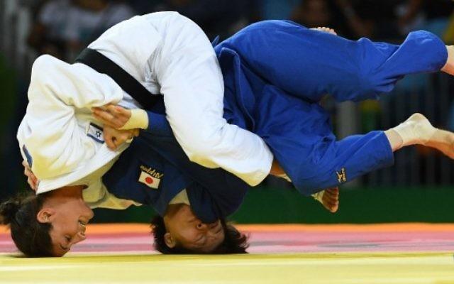 L'Israélienne Yarden Gerbi (en blanc) contre la Japonaise Miku Tashiro pendant le combat pour le bronze du tournoi de judo féminin des -63kg aux Jeux olympiques de Rio, le 9 août 2016. (Crédit : AFP/Toshifumi Kitamura)