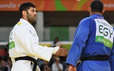 L'Egyptien Islam El Shahaby (en bleu) a refusé de serrer la main de l'Israélien Or Sasson après sa défaite au premier tour du tournoi de judo masculin des +100kg aux Jeux olympiques de Rio, le 12 août 2016. (Crédit : AFP/Toshifumi Kitamura)